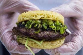 """Hambúrguer de """"miojo"""" vira a nova mania dos nova-iorquinos"""