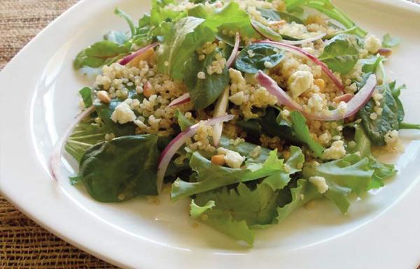 Salada de quinoa e folhas verdes
