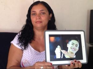 """A cearense Delfina dos Santos exibe orgulhosa uma fotografia do filho biológico Florent Amodio, batizado """"Francisco Thiago dos Santos"""""""