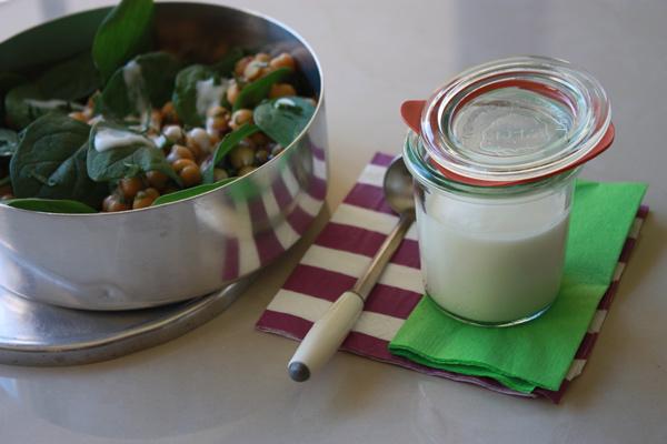 Salada de grão-de-bico com espinafre & Molho de iogurte e limão