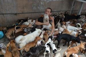 O canal de TV local CBS4 exibiu os esforços da brasileira em defesa dos animais que enfrentam dificuldades de adoção, durante um artigo publicado em março de 2011