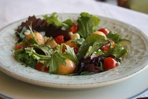 salada de verao folhas com bolinhas de melao e molho de mel com alho e azeite 15 300x200 Salada de Verão