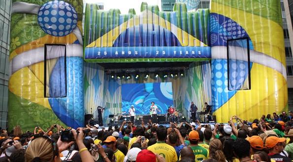 "O Brazilian Day in New York acontece há 30 anos na 6a avenida, na esquina da 46th Street, também conhecida como a ""Rua dos Brasileiros"""