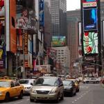 Veículos trafegam pela Times Square, no centro de Manhatan (NY), uma das regiões que será afetada pela nova lei