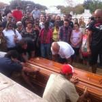 Parentes dão o último adeus durante o sepultamento do copiloto Geraldo Magela Barbosa da Cunha, no Cemitério Santa Rita, em Governador Valadares (MG)