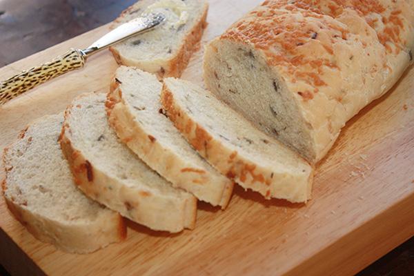 Pão com queijo, cebola e azeitona