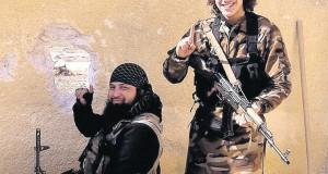 Brian de Mulder (à direita) empunhando a arma de um terrorista na Síria