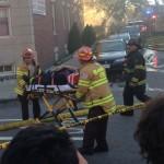 Os agentes dos bombeiros demoraram várias horas para combater o fogo no conjunto residencial Harvard Terrace, em Allston (MA)