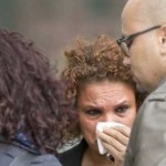 Rosana Rodrigues chora do lado de fora do tribunal que julga Brian de Mulder à revelia