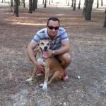 O espanhol Javier Limón Romero, esposo da enfermeira Maria Teresa Romero, infectada pelo vírus Ebola, teve o cão de estimação Excalibur (detalhe) sacrificado pelas autoridades de saúde