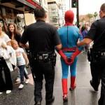 José E. Martinez, que se fantasia de Homem-Aranha, alega ter sido preso injustamente por 2 dias, depois de ter recebido a gorjeta de um casal que posou para fotos com ele na Times Square