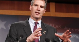 """Scott Brown, antigo senador de Massachusetts que concorre ao Senado em New Hampshire, publicou 3 anúncios referentes à fronteira e alertou que fronteiras """"porosas"""" provocam o risco de Ebola"""