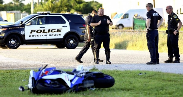 Detetives isolaram parte da N. Federal Hwy durante as investigações em Boynton Beach (Foto: The Palm Beach Post)