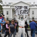 Manifestante protestam a favor da suspensão dos voos aos países africanos assolados pelo vírus em frente à Casa Branca, em Washington-DC