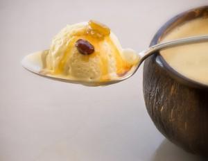 bia 300x232 Sorvete cremoso de coco com calda de rum