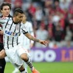 Petros tenta passe durante jogo contra o Atlético-PR em Curitiba