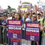 Centenas de ativistas comunitários latinos e suas famílias se reuniram em frente à Casa Branca na tarde de sexta-feira (21) para expressar a sua gratidão