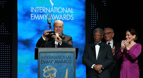 Roberto Irineu com Milton Gonçalves e Glória Pires, entre Rupert Murdoch