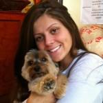 Segundo Aline Saboia, os interessados podem doar alimentos para cães e gatos, biscoitos e brinquedos (treats) e comida para filhotes, entre outros artigos para animais. Ela posou com o cãozinho Spike