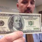 As notas falsas de US$ 100 têm sido produzidas em New York City, segundo o canal de TV. A CBS não informou em que centros comerciais o dinheiro foi distribuído