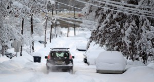 Os alertas de nevascas continuam em efeito na segunda (26) e terça-feira (27) e as autoridades estão pedindo à população para ficar em casa, se possível, durante o pior da tempestade