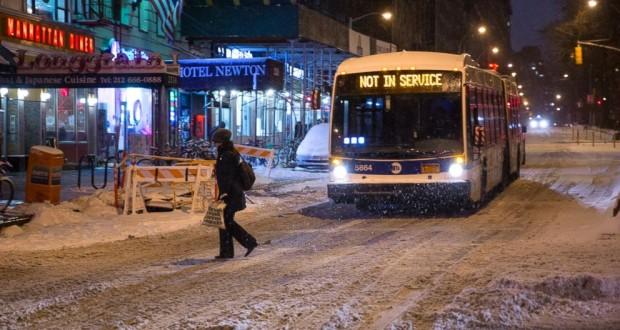 Uma tempestade com ventos de até 70 mph espalhou neve na região metropolitana de Boston (MA) e algumas áreas no sul da Nova Inglaterra e Long Island (NY)