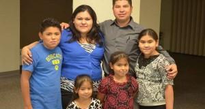 O Pastor Max Villatoros, sua esposa Glória e os quatro filhos do casal, todos nascidos nos EUA