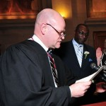 O Juiz Robert H. Gardner (detalhe), da Corte Superior, estabeleceu a fiança em US$ 200 mil ao réu, sem a alternativa de 10% como pagamento mínimo