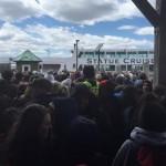 Fotografias nas redes sociais mostram uma longa fila de turistas esperando para entrar no ferry de volta a Manhattan