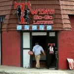 As autoridades federais alegam que os proprietários do Twin Plus Lounge (detalhe), em South Hackensack (NJ), David Polos e Glen Glover, empregavam imigrantes indocumentadas do Brasil e Rússia como dançarinas