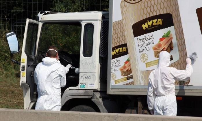 Pelo menos 20 imigrantes são mortos por asfixia em caminhão na Áustria