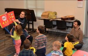 Mariana Sentieri (esq.) lê para as crianças no clubinho infantil em Cincinnati, Ohio (Foto: David Pfeifer)