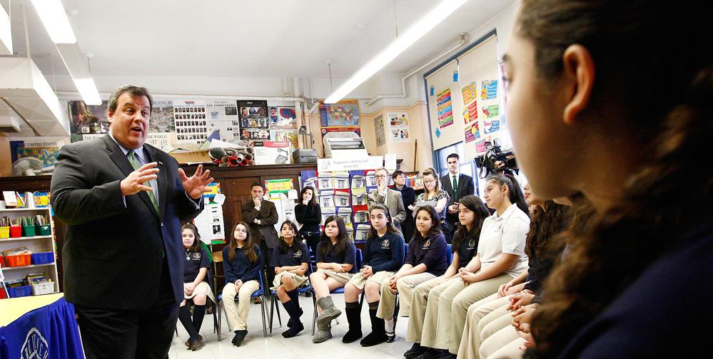 Foto31 Chris Christie e alunos 003 Português é a 6ª língua mais falada nas escolas em NJ
