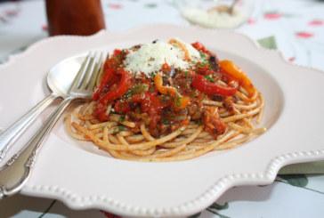Espaguete com pimentões e anchovas