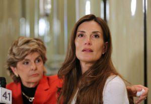 A advogada Glória Allred e Karena Virginia durante coletiva de imprensa em Nova York, na quinta-feira (20)