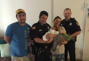 O casal Celso e Márcia Oliveira posou ao lado dos policiais Peter Richardson e Rafael Faria, que segurou o pequeno Enzo nos braços (Foto: BT)