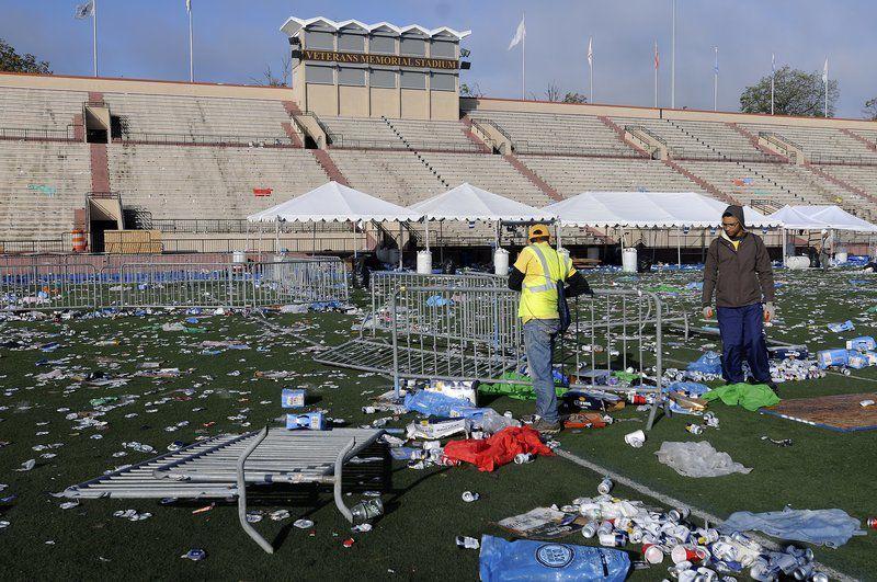 O gramado e pista de atletismo do estádio Veterans, em Lawrence (MA), amanheceu na segunda-feira (3) repleto de lixo (Foto: Eagle Tribune)
