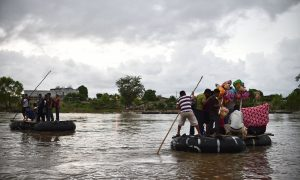 Imigrantes usam balsas improvisadas para atravessar o rio Suchiate em Ciudad Hidalgo, na América Central