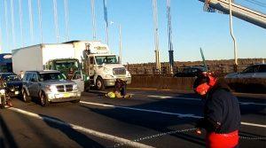 Policiais prendem ativistas que bloquearam o tráfego na ponte George Washington, que liga Nova York e New Jersey