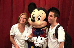 O paulista Basílio Santana e a mãe foram recebidos com carinho pelo personagem Mickey Mouse, durante viagem a Orlando (FL)