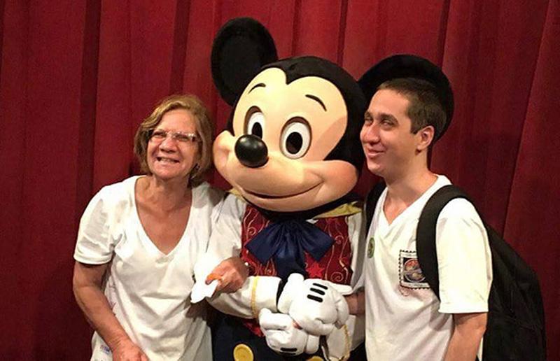 "wp 1477568058406 Brasileiro cego abraça Mickey na Disney e ""viraliza"" na Internet"