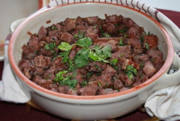 Carne de porco com coentro seco e vinho – Afelia