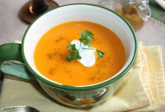Sopa de batata-doce com cenoura e curry