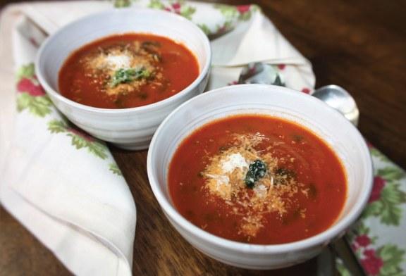Sopa de tomate com espinafre