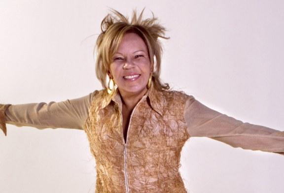 Vocalista do grupo Kaoma é encontrada morta dentro de carro incendiado