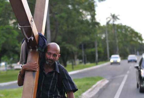 Ex-presidiário carrega a pé cruz do Brasil aos EUA
