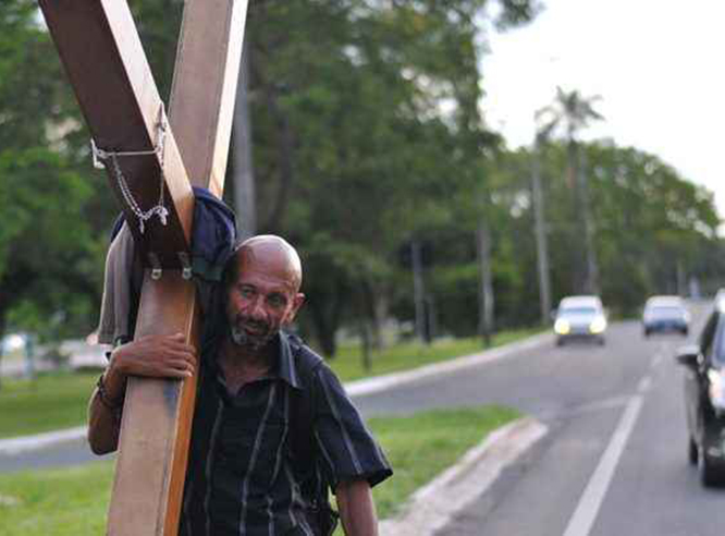 Foto3 Paulo Cicero de Lima Ex presidiário carrega a pé cruz do Brasil aos EUA