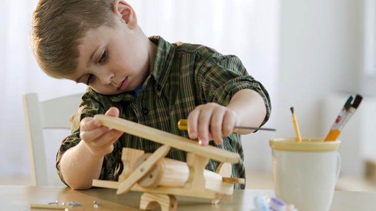 Criança aprendendo construir É de pequeno que se aprende
