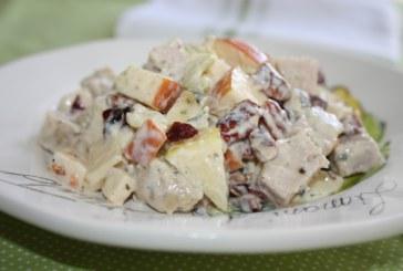 Salada de lombinho com queijo, maçã e uva passa