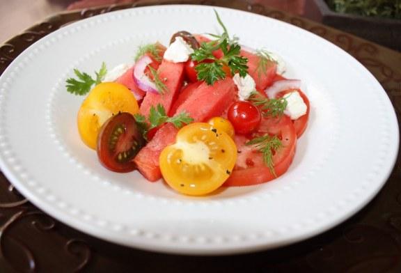Salada de tomate com melancia e ervas frescas